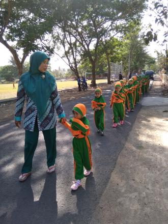 Murid Taman Kanak-kanak Pertiwi 12 Melaksanakan Jalan Sehat