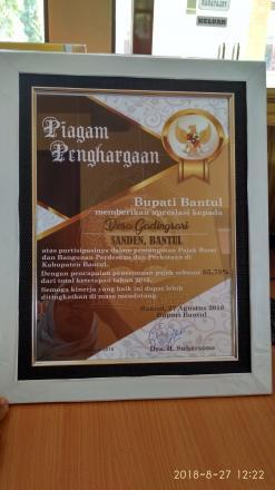 Piagam Penghargaan untuk Desa Gadingsari atas Pencapaian Penerimaan Pajak sebesar 85,78%